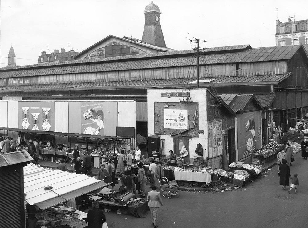 L'extérieur de l'ancien marché avant 1956 (AMBC).