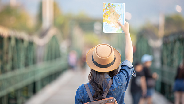 Femme voyageant a l'étranger