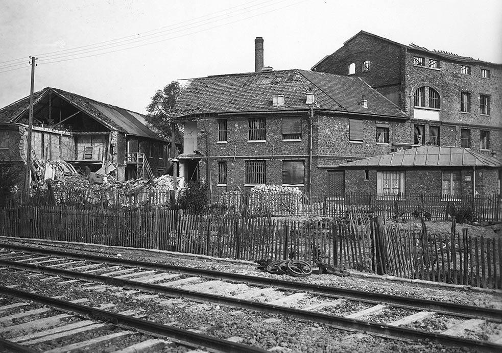 L'usine Guerlain en partie détruite après les bombardements de 1943 (AMBC).